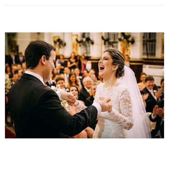 Sorrir é o melhor jeito de fazer a felicidade ficar! ❤ #sendonoivaSN #wedding #love #sorrir #casar #sobreamar #happy  Foto: {Junior Alves}