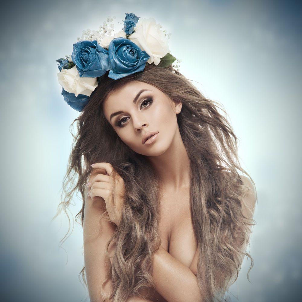 戴着玫瑰花环的性感美女图片