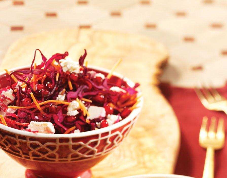 Wortel en rode kool salade. Een gezonde vegetarische salade uit de populaire en gevarieerde Arabische keuken.