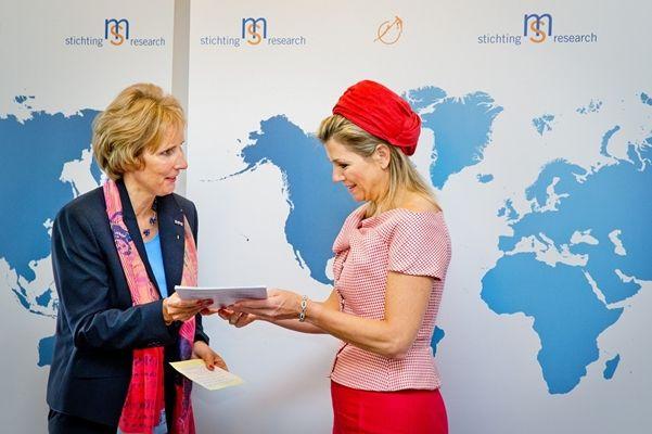 Voorschoten, 28 mei 2014: Koningin Máxima ontvangt op Wereld MS Dag het eerste Nederlandse exemplaar van de MS Atlas uit handen van Dorinda Roos, directeur van Stichting MS Research. © Novum; foto: Patrick van Katwijk