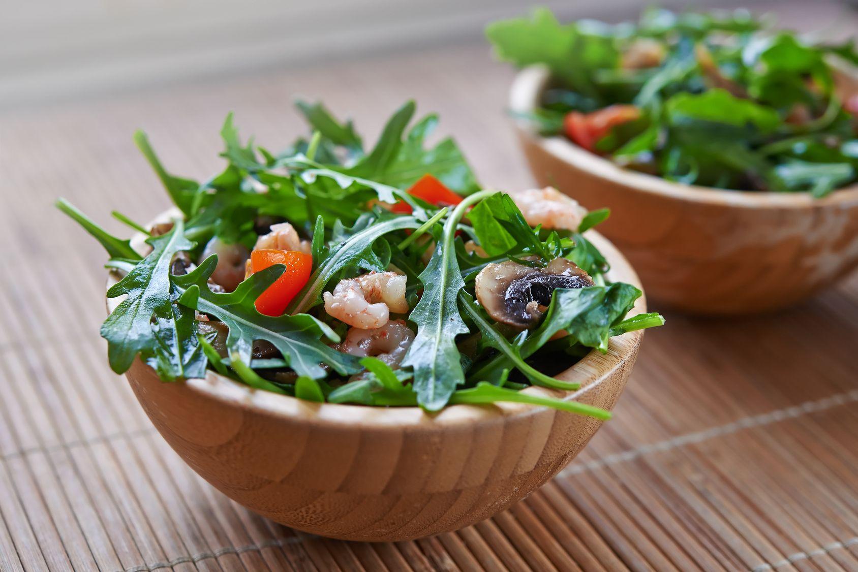 Rauke wird schon seit dem Altertum als Würzmittel, aber in erster Linie als Salat verwendet. Heute ist sie eher unter ihrem toskanischen Namen #Rucola bekannt. Der leicht bittere Geschmack des Gewächses sorgt in Kombination mit weiteren Lebensmitteln für besondere Geschmackserlebnisse wie zum Beispiel in diesem frischen Salat im mediterranen Stil.