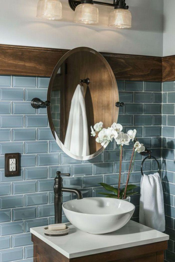 Fliesengestaltung Bad blaue Wandfliesen, runder Spiegel, weiße ...