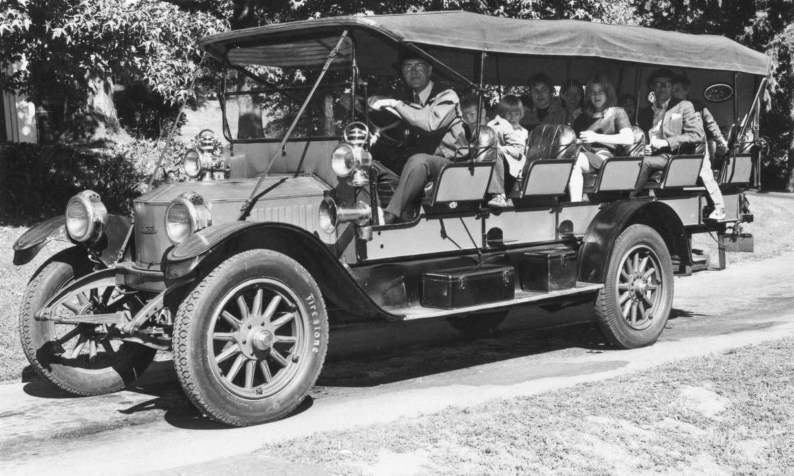 1915 Stanley Steamers Mountain Wagon, driver and passengers ...
