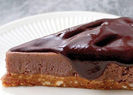 Bjud på en smaskig rawfoodtårta med smak av choklad, banan och kola - bakad helt utan gluten, laktos och raffinerat socker.