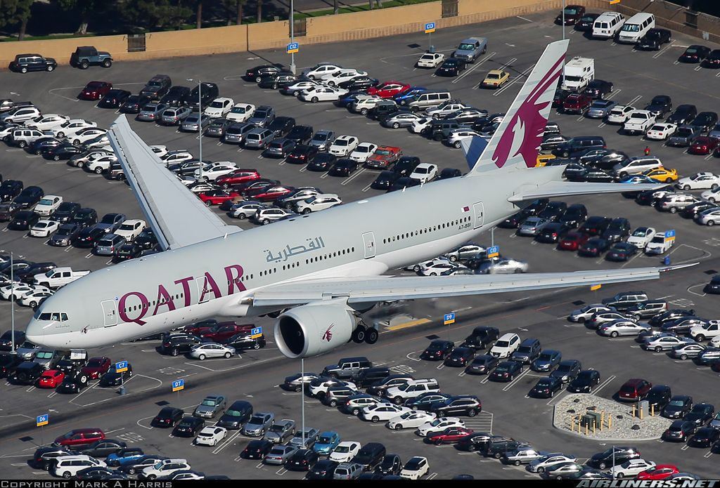 Qatar Airways Boeing 777 Roars Above The Busy Parking Lot On Short Final Into Lax Boeing 777 Boeing Qatar Airways
