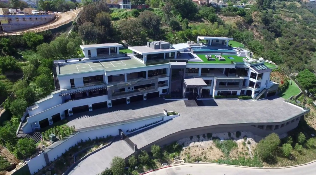 This Newly Built Modern Mega Mansion Is Located At 10979 Chalon Road In The Bel Air Neighborhood Of Los Angeles Ca Mansions Mega Mansions Bel Air