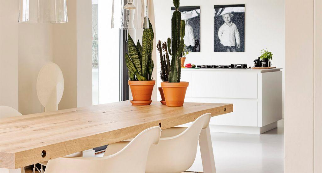 Vitra Stoel Wit : Balkentafel van zware klasse rustiek eiken met stoelen van vitra