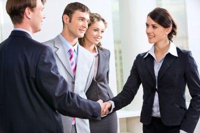 Le chargé de clientèle professionnels.  Il accompagne et aide les professionnels dans le développement de leurs projets à court et long terme.
