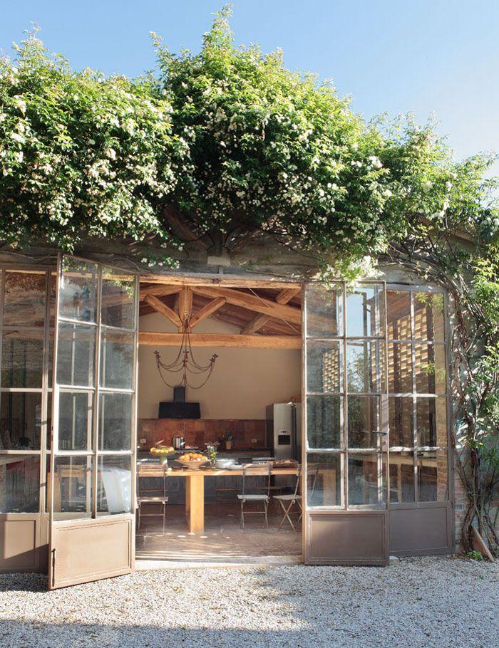 Bureau de jardin cuisine d 39 ete exterieure en 2019 maison jardin d 39 hiver - Cabane jardin atelier besancon ...