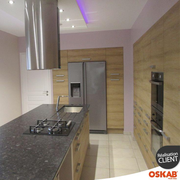Cuisine bois moderne en L avec ilot central dans une pièce tout en