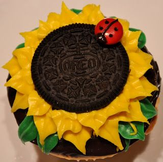 fun kids cupcakes ideas | Sunflower cupcake with a super cute M&M ladybug from Face Your Batter #sunflowercupcakes