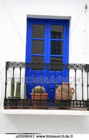 kakteenarten in t pfe auf schmiedeeisen balkon vor hell blau franz sische t ren gro es. Black Bedroom Furniture Sets. Home Design Ideas
