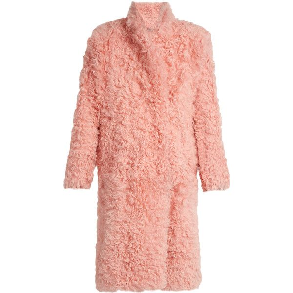 Preen By Thornton Bregazzi Candy curly-shearling coat (€5.980) ❤ liked on Polyvore featuring outerwear, coats, jackets, light pink, shearling coat, red coat, fuzzy coat, preen coat and sheep fur coat