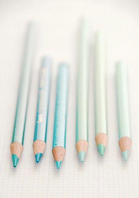Anche se credo mi starebbero da schifo vorrei proprio comprare delle matite per occhi di questi colori ^^