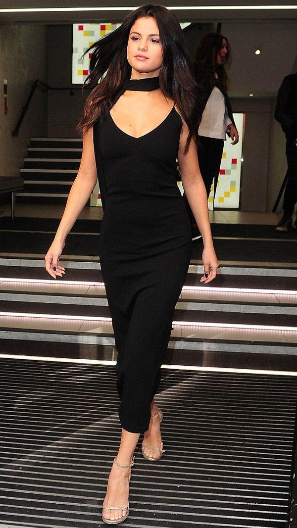 selena gomez choker preta vestido midi street style