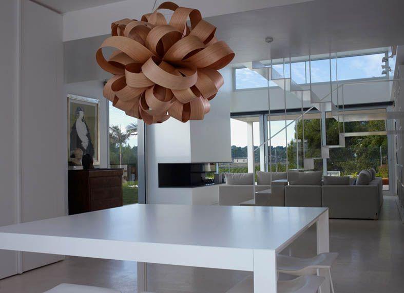 Lampe fra kolleksjon AGATHA. Dette er en lampe av høy kvalitet og design, satt sammen deler i finér.