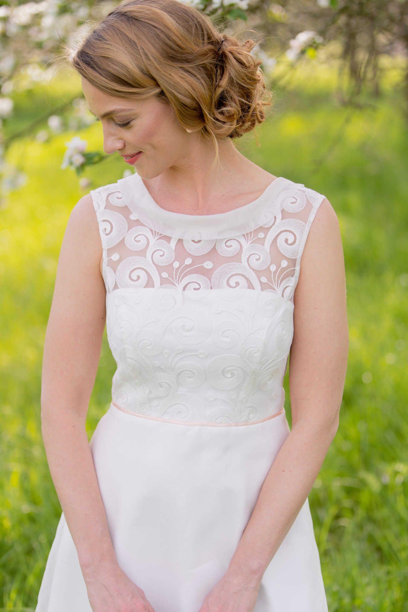 Kurzes Hochzeitskleid - hochgeschlossen, mit Spitze und hübschem