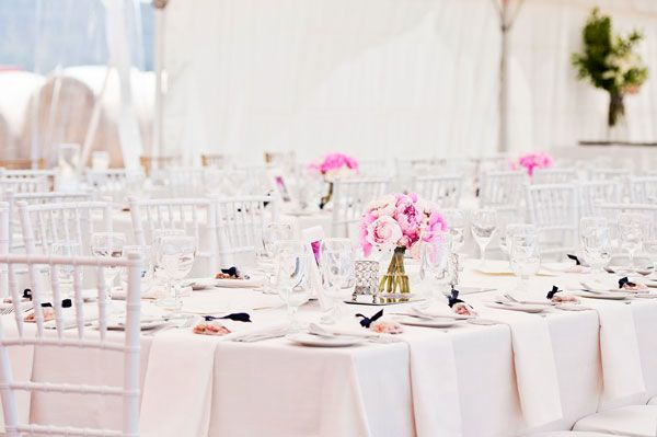 Pink tones used as highlights on the guest tables