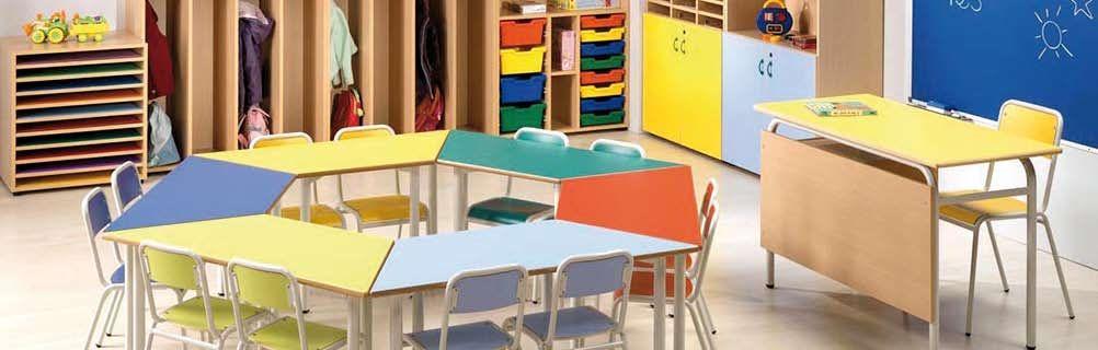 """Aula infantil, con sus """"mini-sillas"""" y sus """"mini-pupitres"""" con forma trapezoidal para hacer conjuntos y agrupar a los más peques en clase."""