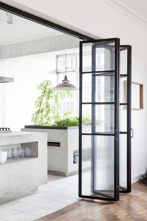 Apartamento modernista en Sao Paulo. Puerta en acordeón Cocina ...