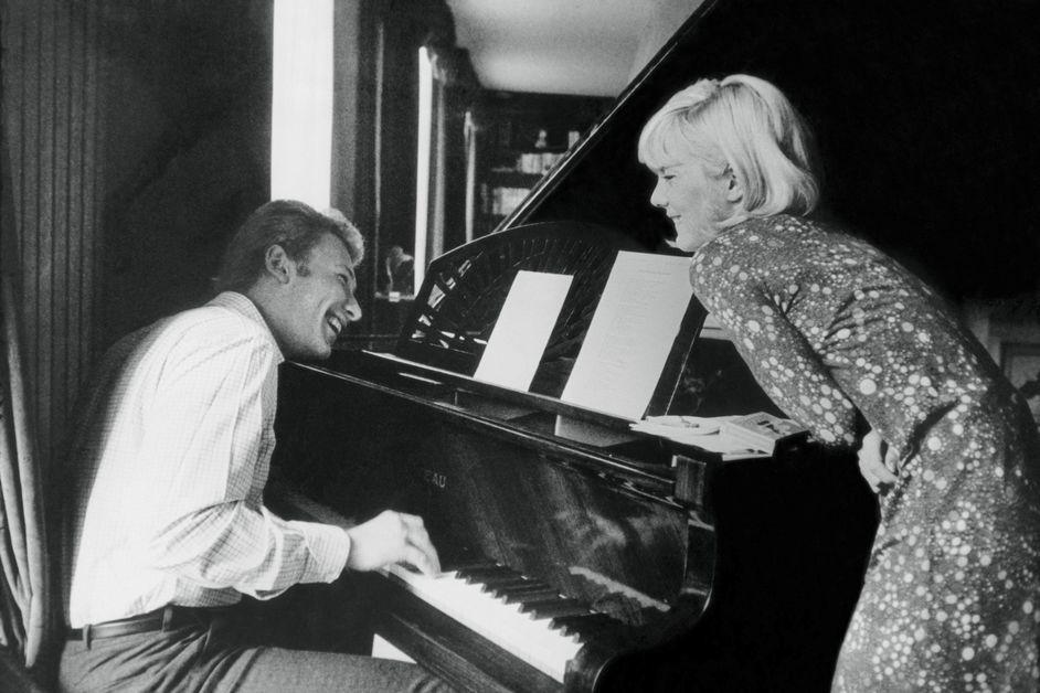 johnny hallyday et sylvie vartan chez eux a neuilly  1965