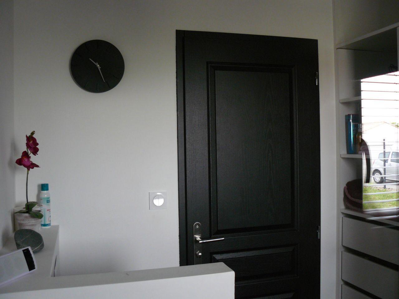 Photo porte salle de bain peinte en noir d co for Porte noire interieur