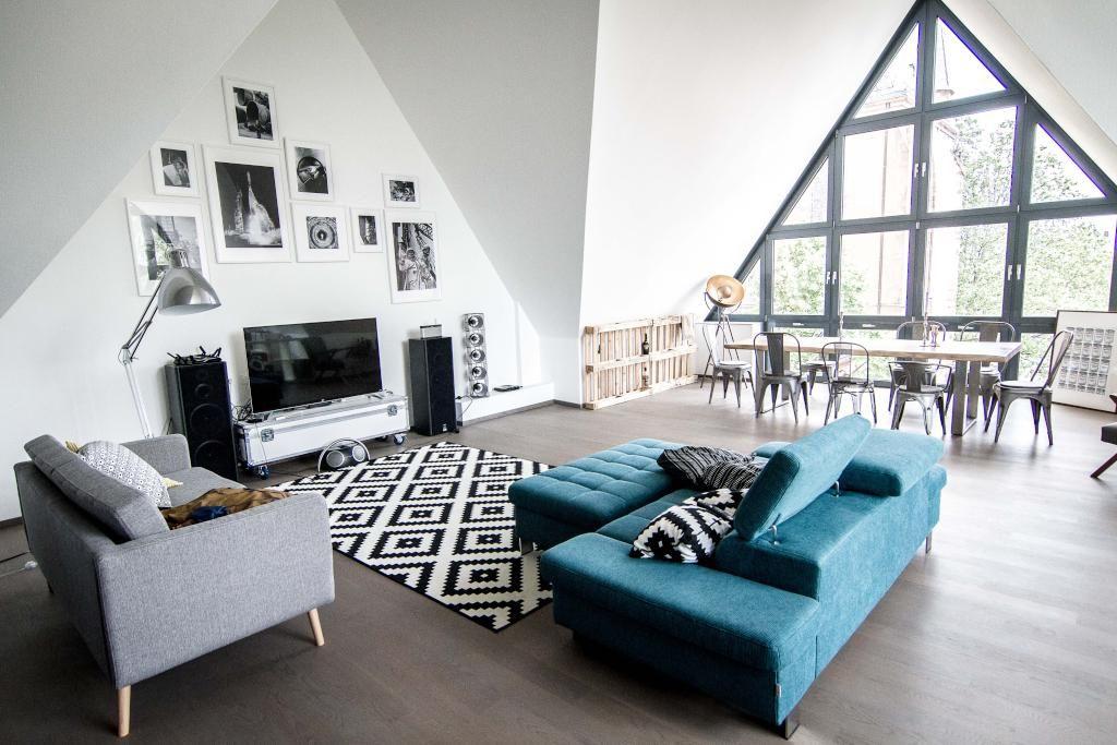 Modernes Wohnzimmer Mit Grosser Fensterfront Couchlandschaft Und Fotowand In Frankfurt Wohnen