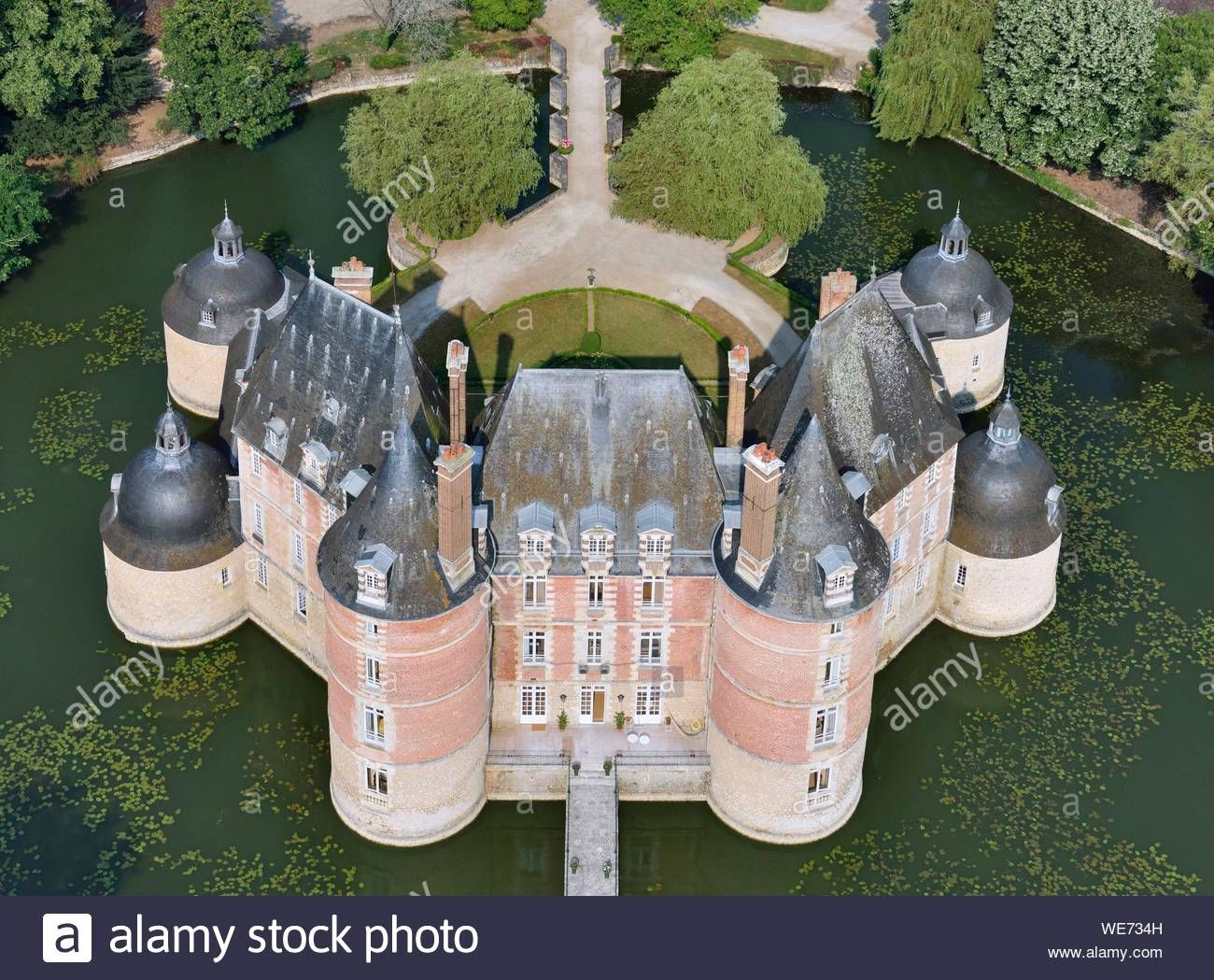 Download This Stock Image France Loiret Chateau Renard Castle Of The Motte Aerial View We734h From Alamy S Library Of Mil In 2020 Castle French Castles Chateau