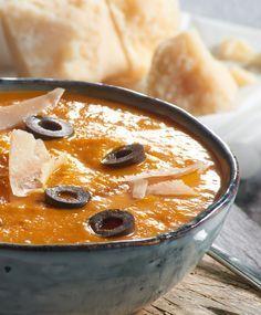 Mediterrane Kürbissuppe mit Tomaten und Rosmarin