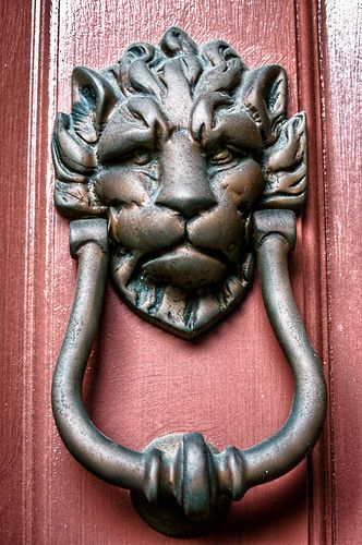 love this lion door knocker. reminds me of one of the knockers in The Labyrinth!