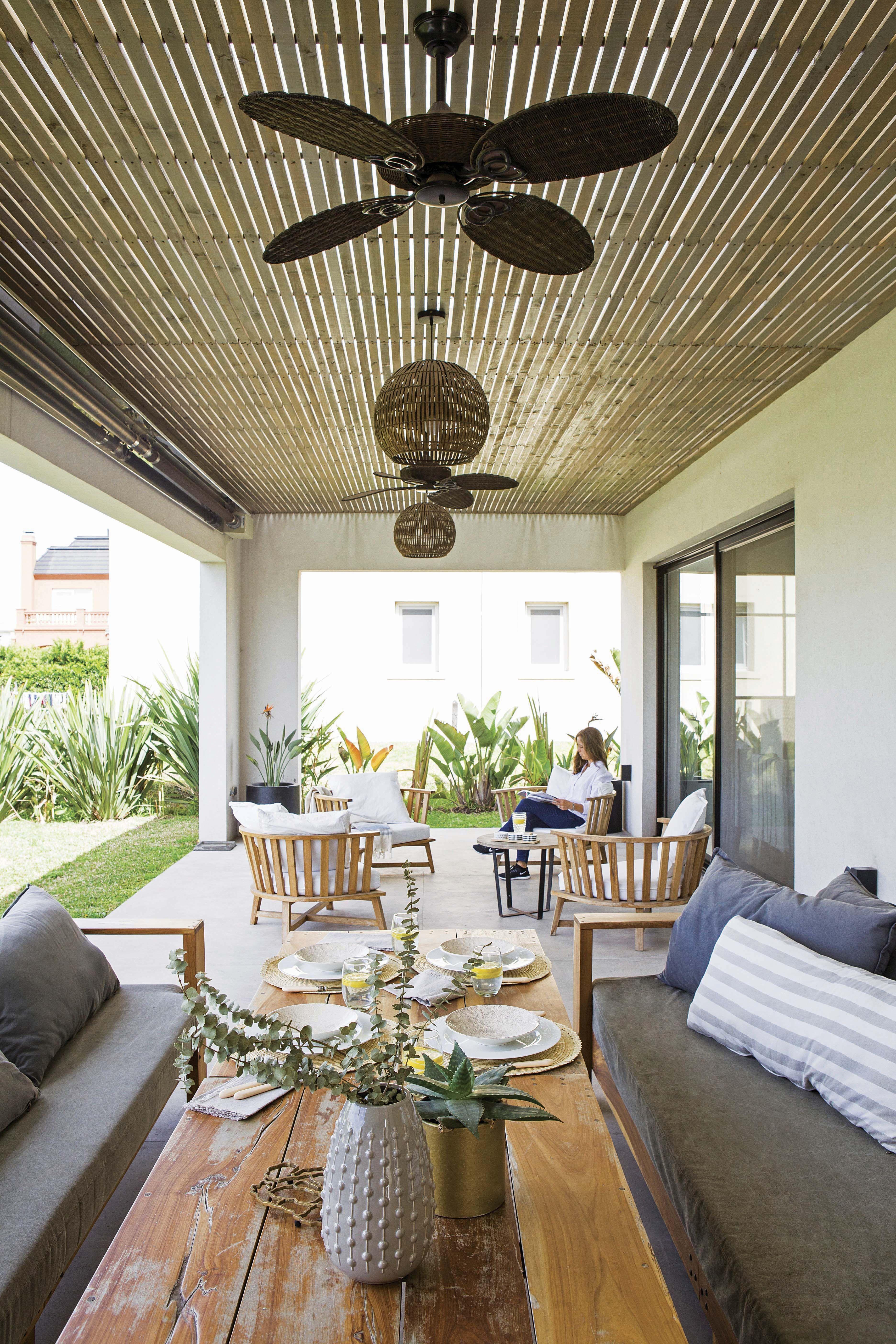 Una casa de fin de semana compacta, funcional y con un
