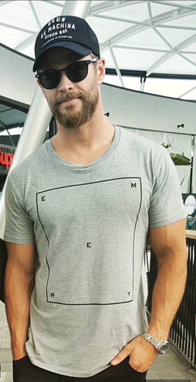 Chris Hemsworth rocking that bod.