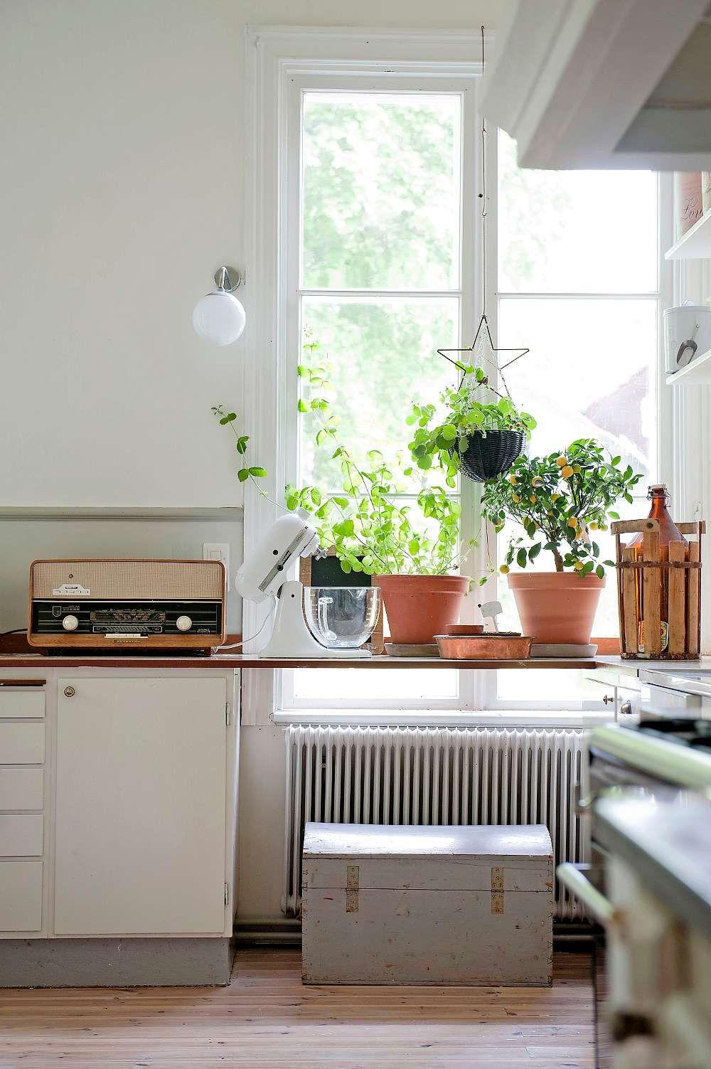 Radion från 60-talet som köpts på auktion fungerar perfekt. Vägglampan vid fönstret följde med huset och kistan rymmer alla kokböcker.