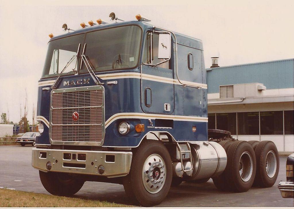 Mack cruiseliner 1976 mack trucks classic trucks big