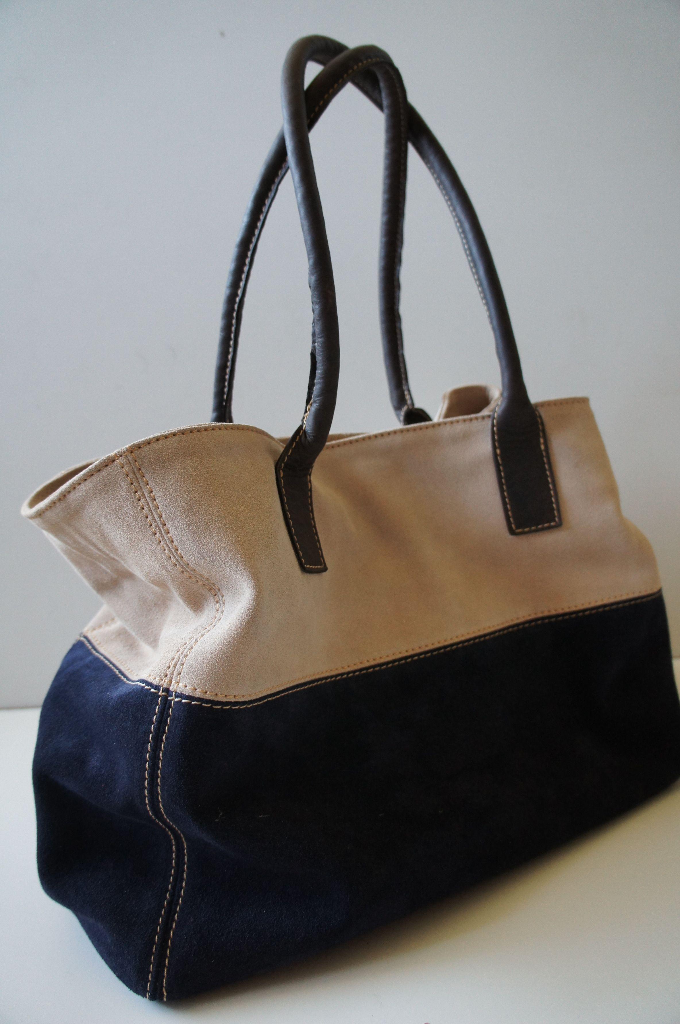 be4ee8317 Carteras De Telas · Bolso de gamuza azul y beige. asas de cuero chocolate  Bolsos Beige, Bolsas Azules