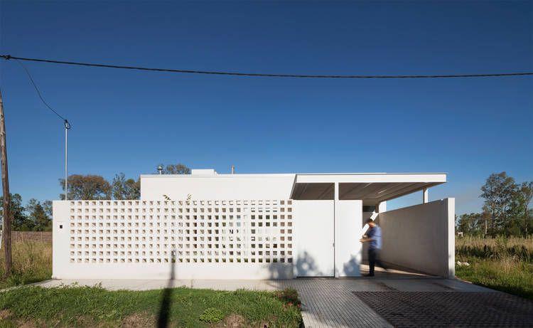 el frente de la vivienda est realizado con un muro de bloques que