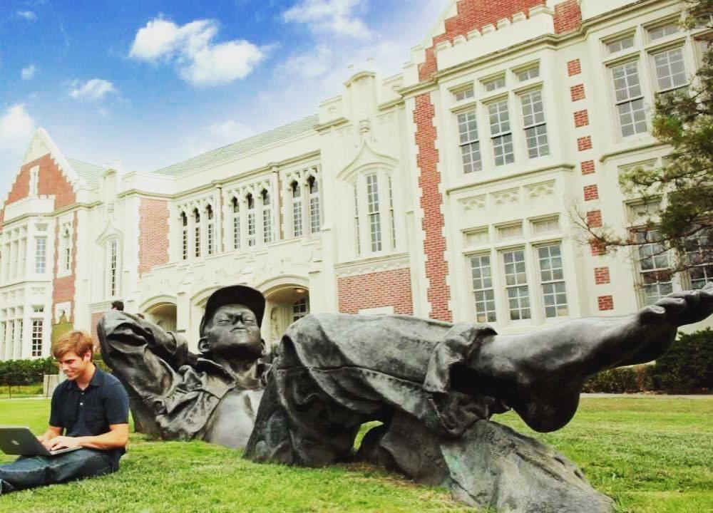Him and Durant have the same shoe size  #Oklahoma #UniversityOfOklahoma #OU #Sooners #Ok https://t.co/x2kmQnrBEP https://t.co/KuDunEB1VA