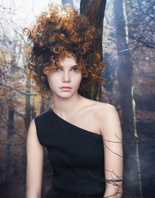 MAGIC AND NATURE The forest, inhabited and primitive, holds the magic imagination of a beauty that breaks out of ordinary. A play of chiaroscuro and nuances that sinuously soften between brown and honey, for a cloud of tangled curls such as autumn leafs to their bark.  Discover Woodland: http://www.davines.com/en/collections/view/woodland-en