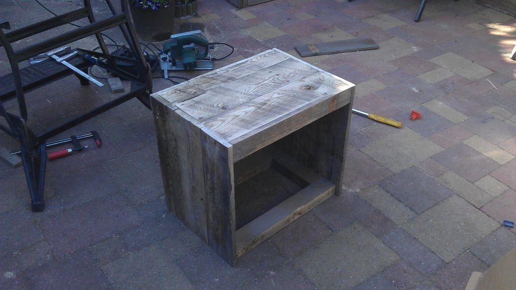 instructions sur la fa on de construire une table de chevet avec des palettes table de nuit. Black Bedroom Furniture Sets. Home Design Ideas