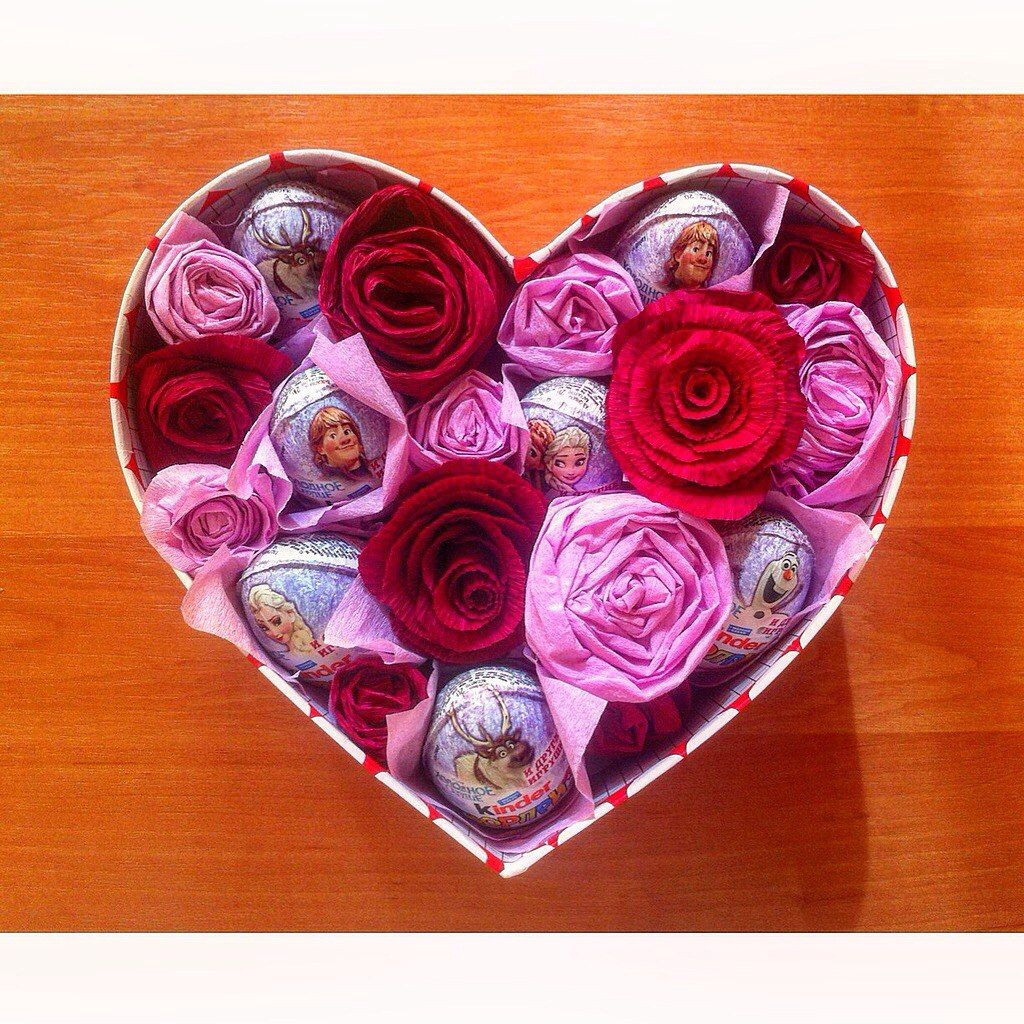 Подарочная коробка из цветов и киндер сюрпризов. Сладкий подарок по любому случаю. Материалы: -гофрированная бумага -клей-пистолет -коробка -сладости (киндеры, конфеты и т.д.)