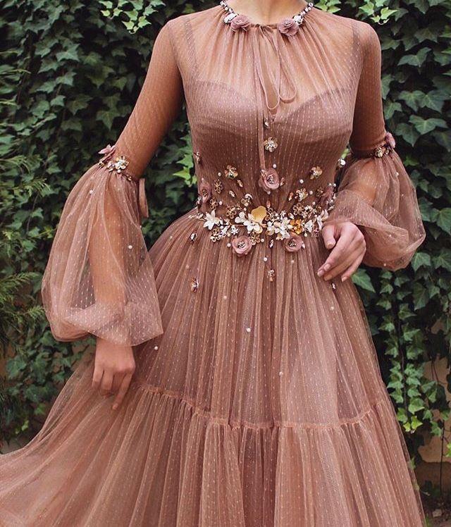 Riippuva joulukoriste, keijukaiskoira kultaisessa mekossa