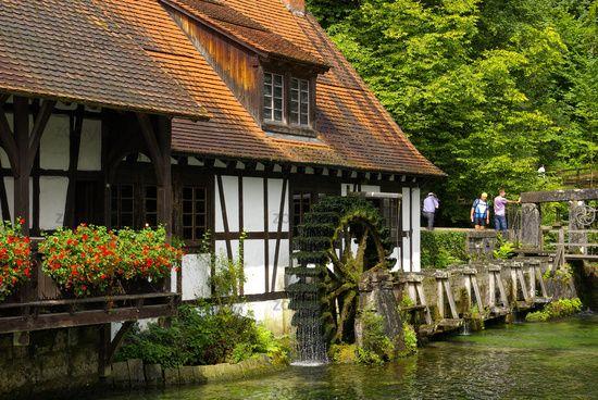 Alte Wassermuhle Und Blautopf Blaubeuren Deutschland Architektur Cabin In The Woods Windmuhle