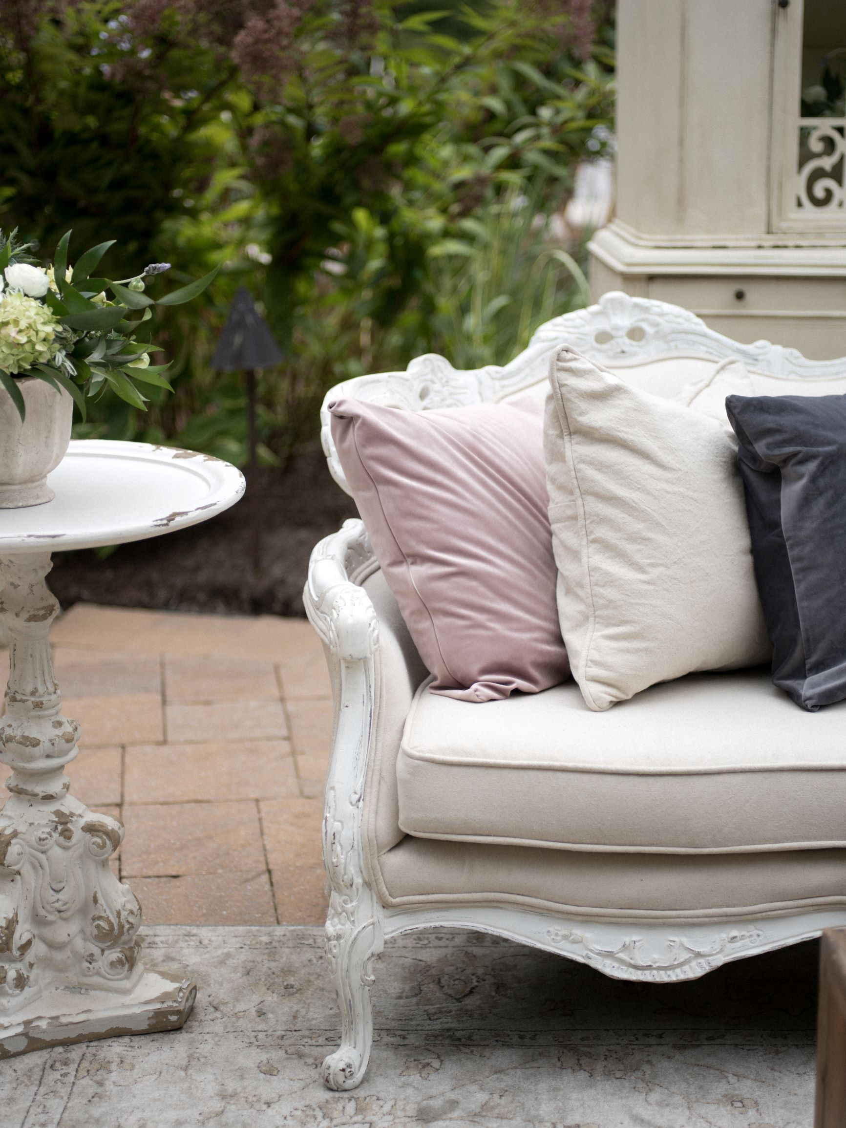 Luxury Vintage Sofa Furniture Rental By White Glove Rentals Planning Styling Flowers A Charming Affair Photog Rental Furniture Sofa Country Style Sofas