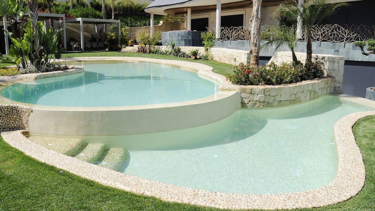 Piscina con revestimiento de piedra canto rodado y gresite for Gresite para piscinas