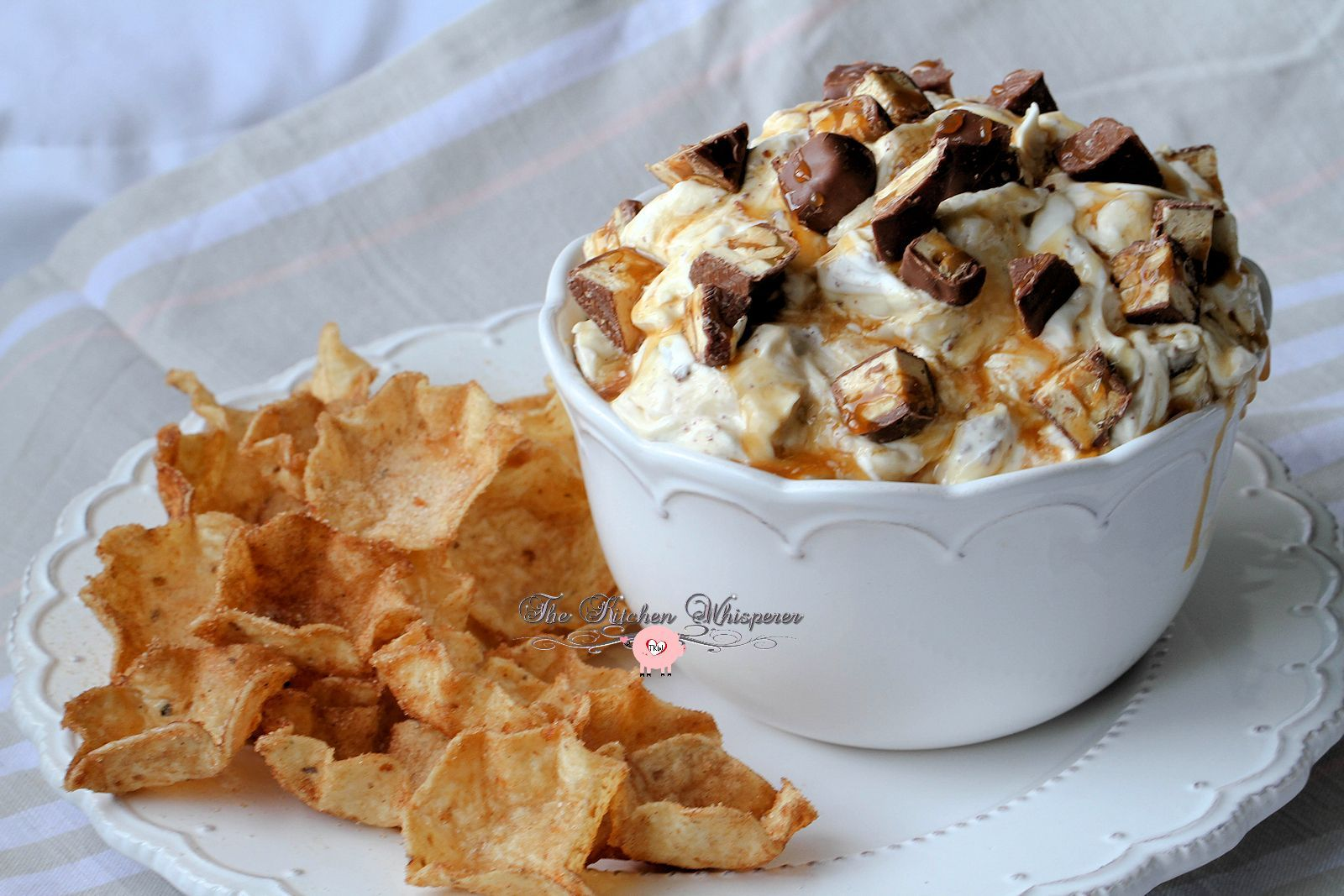 SNICKERS® Cheesecake Dip with Cinnamon Sugar TOSTITO® Scoops #snickerscheesecake Snickers Cheesecake Dip #snickers #sponsored #nobake #cheesecake #caramel #dip #cheesecakedip #candybar #appetizers #dips #cinnamonchips #tortillas #entertaining #snickerscheesecake