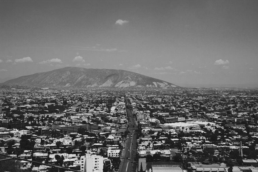 Monterrey Es La Capital Del Estado Norteno De Nuevo Leon Es La Tercera Area Metropolitana Mas Grande De Mexico Monter Paris Skyline Skyline Natural Landmarks