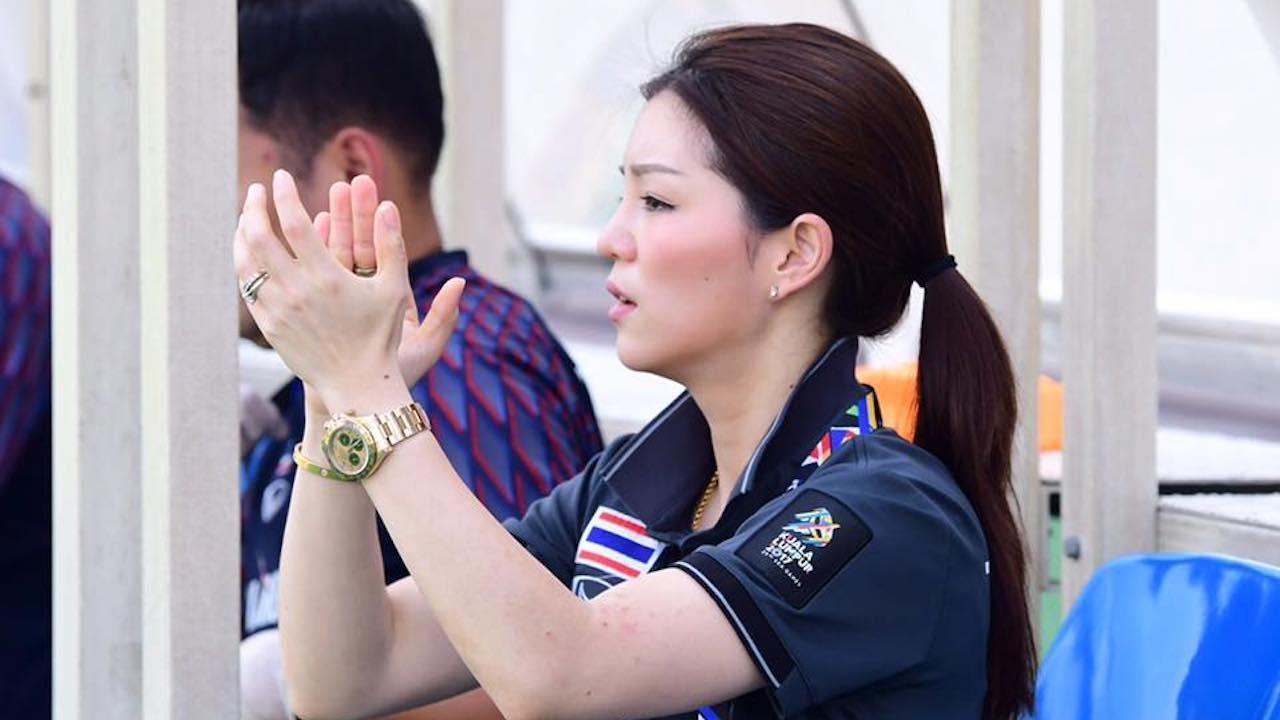 """มาดามเดียร์"""" วทันยา วงษ์โอภาสี เข้าประชุมกับ ส.บอล ก่อนแจ้งขอยุติบทบาท  ผู้จัดการทีมชาติไทย ยู-23  ประกาศยุติบทบาทของตัวเองกับทัพช้างศึกเป็นที่เรียบร้อย เหตุให้…"""