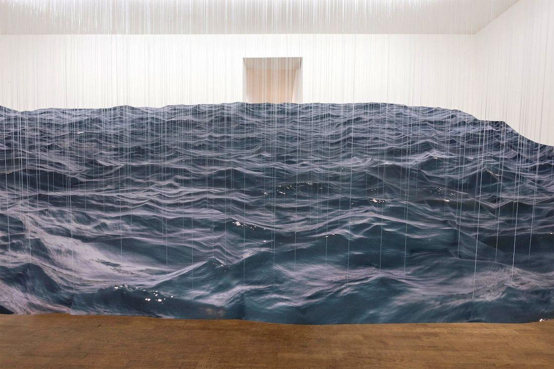 Cet artiste a créé une vague suspendue ultra réaliste en jouant avec des fils et du textile ...