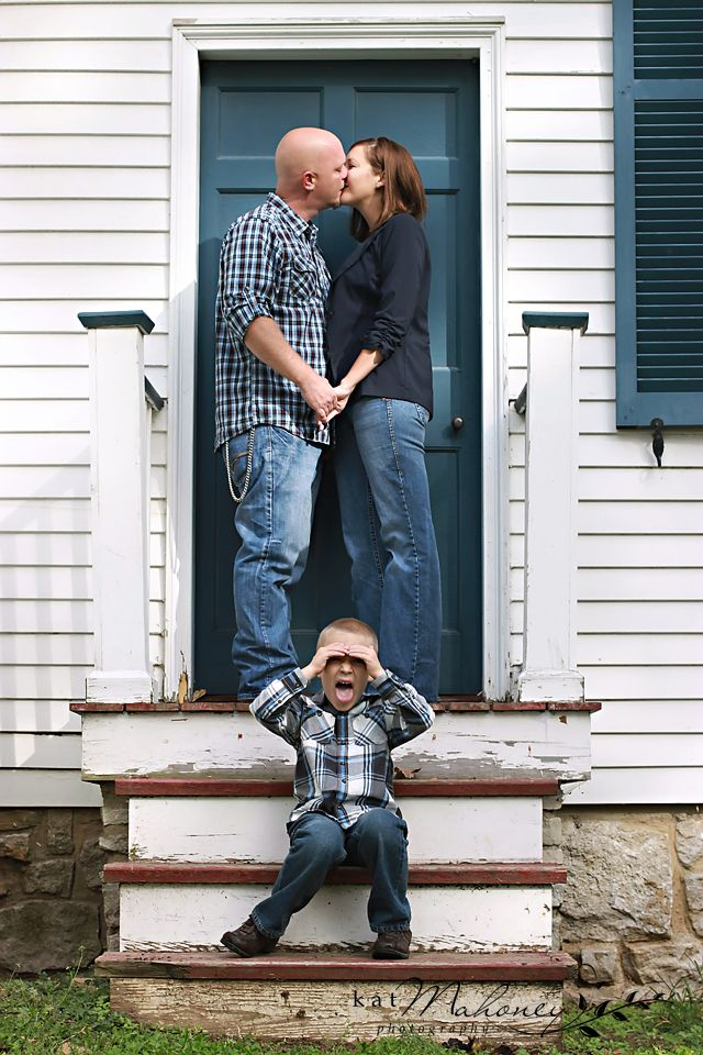 Funny family photography pose, mommy & daddy kissing  www.katmahoneyphotography.com