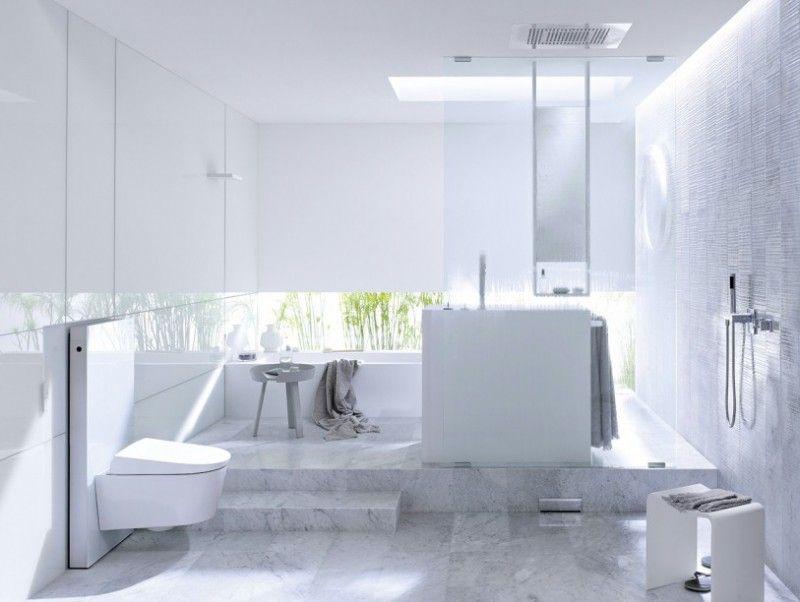 Une salle de bain sobre et toute blanche dans laquelle se distinguent le sol marbré et l'harmonie des différentes nuances de blanc.